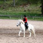 Emil och Hedda rider fram